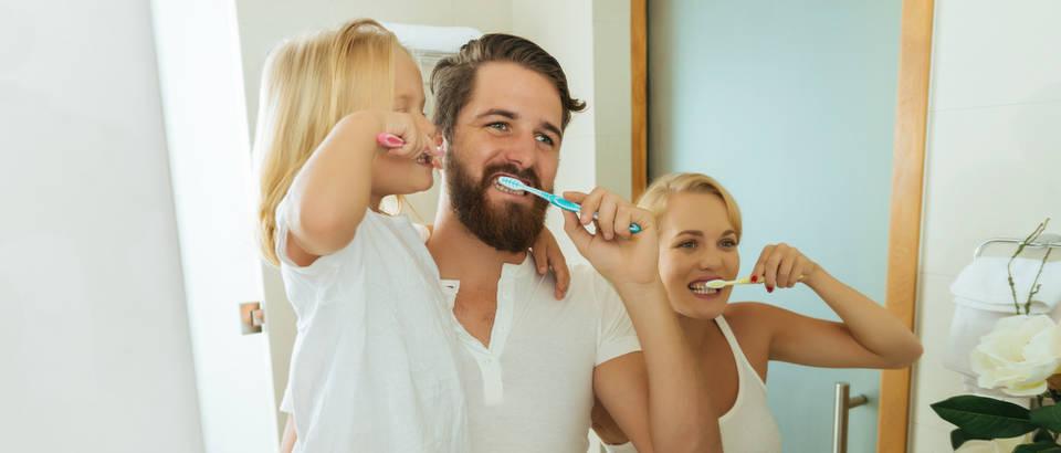 Pranje zubi obitelj shutterstock 215948614
