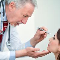 Oftamolog oči shutterstock