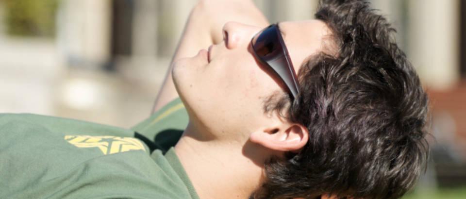 suncanje, suncane naocale, knjige, uzivanje na suncu, san, spavanje