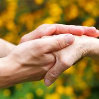 Ruke parkinsonova bolest starija osoba shutterstock 189857270