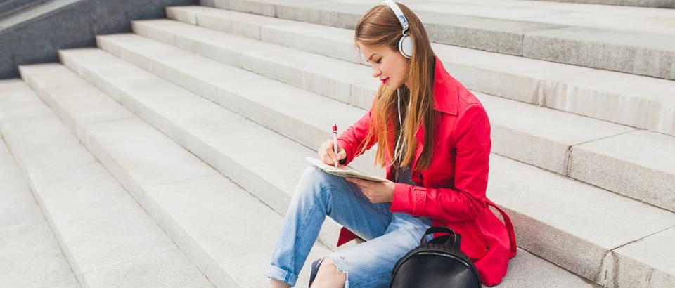 Djevojka uči i sluša glazbu