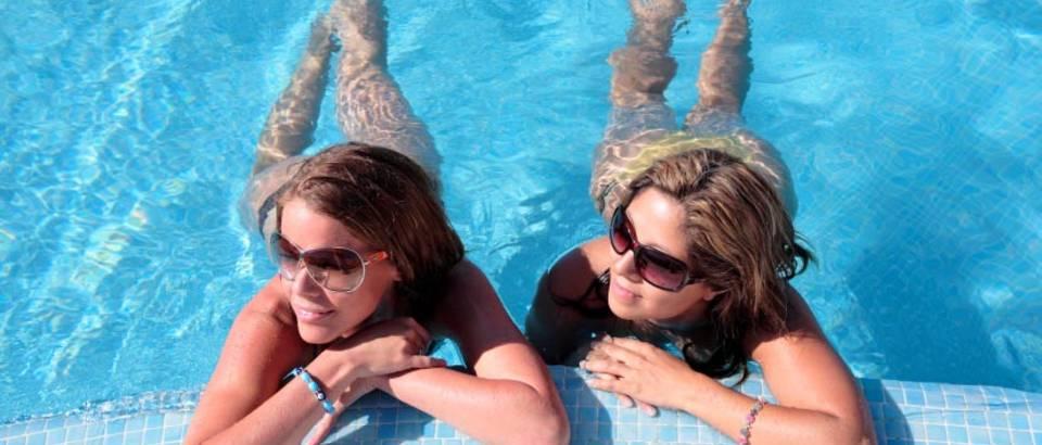 cure u bazenu suncane naocale