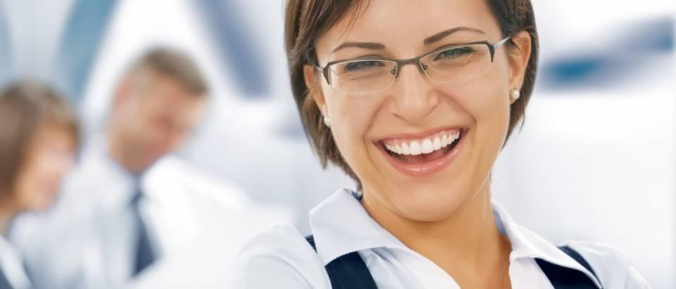 zena-posao-sreca-uspjeh-motivacija-osmijeh-zubi