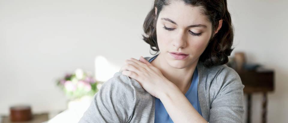 Rame, bol, bolno rame, žena, Shutterstock 174199769