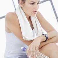 fitness-vjezbanje-zena-umor-voda-bol