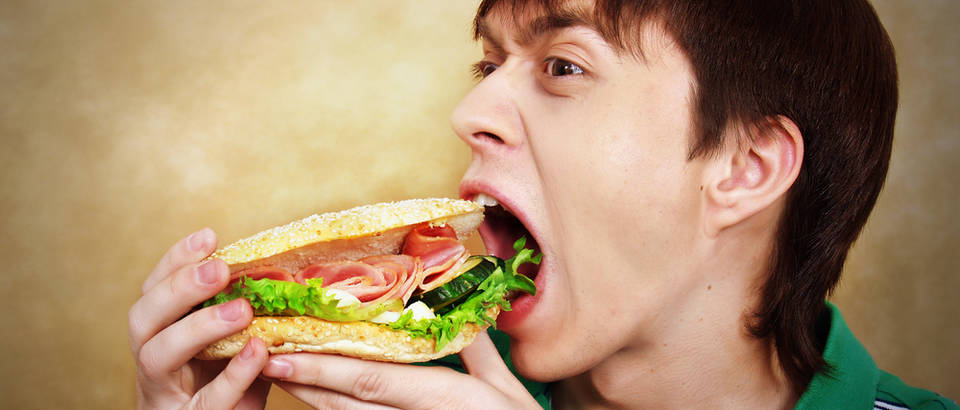 Dečko hrana jedenje
