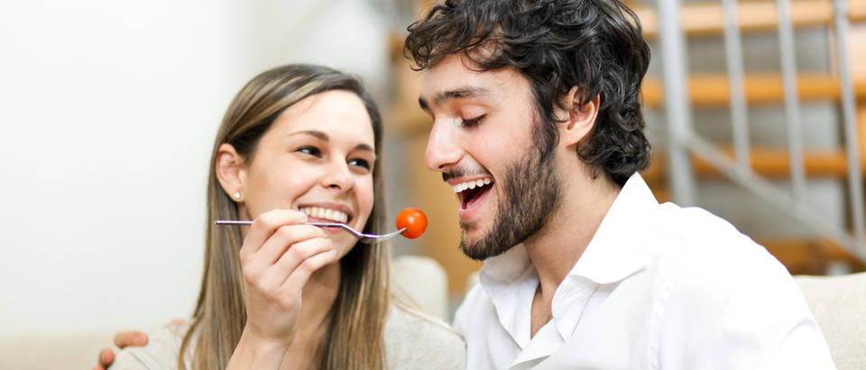 Hrana ljubav dvoje par rajčica povrće ručak obrok jelo shutterstock 139155986