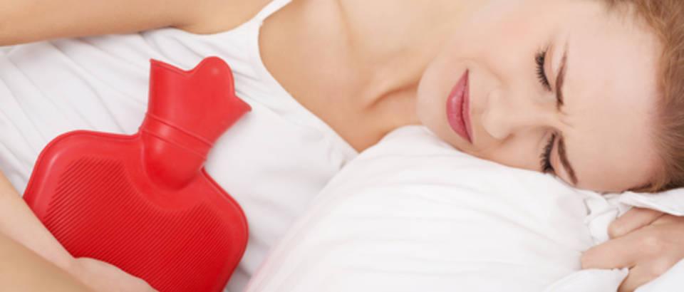 menstruacija, mjesecnica, grcevi, bol u trbuhu, termofor, shutterstock