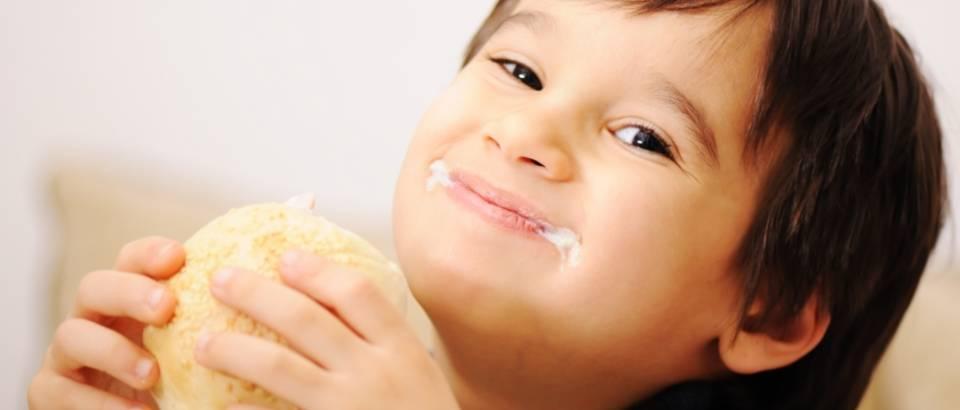 pretilo dijete, jelo, dorucak, osmijeh, debljina
