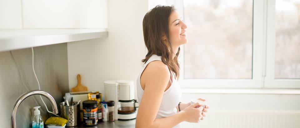 Jutro odmor kava uživanje žena kava shutterstock 379368676