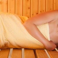 zena u sauni, parna kupelj, Shutterstock 495327265