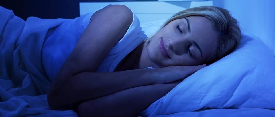 spavanje u mraku, zena spava