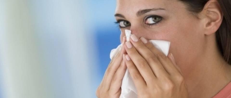 prehlada, gripa, smrcanje, brisanje nosa, maramica, rupcic
