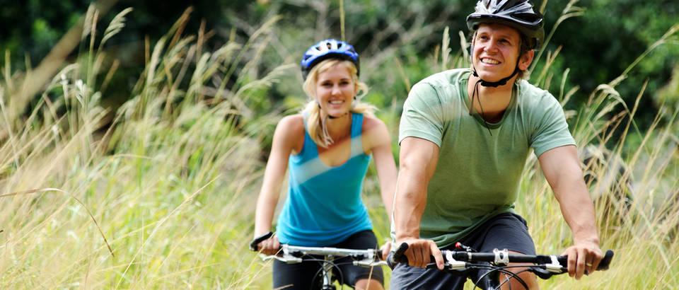 Bicikl biciklizam priroda izlet voznja biciklom par dvoje ljubav muskarac zena trava suma shutterstock 72007540