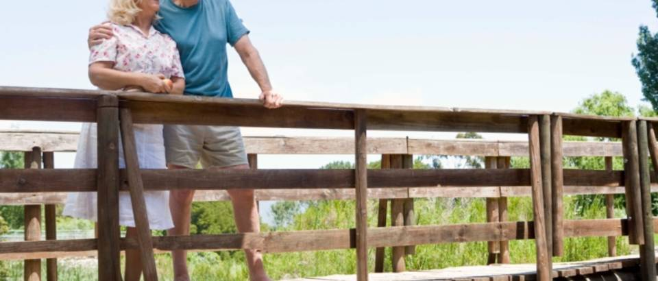 stari-ljudi-selo-zdravlje-setnja-odmor