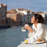 venecija, balkon, dorucak, kucni ogrtac, zadovoljstvo, sreca, zena, pogled