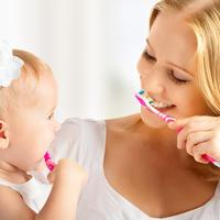 Mama i kćer pranje zubi dijete zubi četkica za zube pasta za zube  shutterstock 158016329