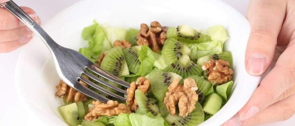 salata, zdrava hrana, orasi, kivi
