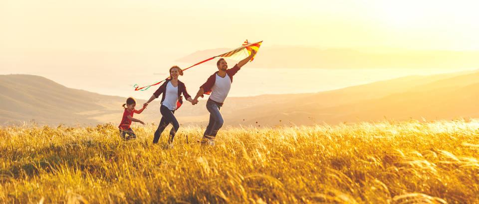 obitelj, sunce, livada Shutterstock 1043518051