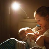 Dojenje majka dijete shutterstock