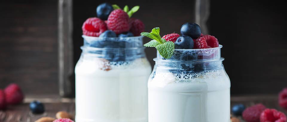 Jogurt bobicasto voce borovnica malina badem shutterstock 379366792