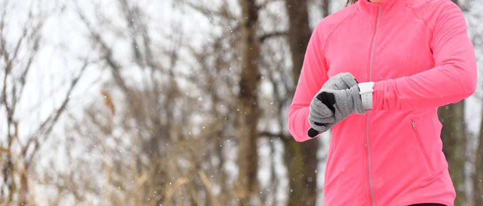Fitness sat aktivnost zima šuma žena gadget shutterstock 338067305