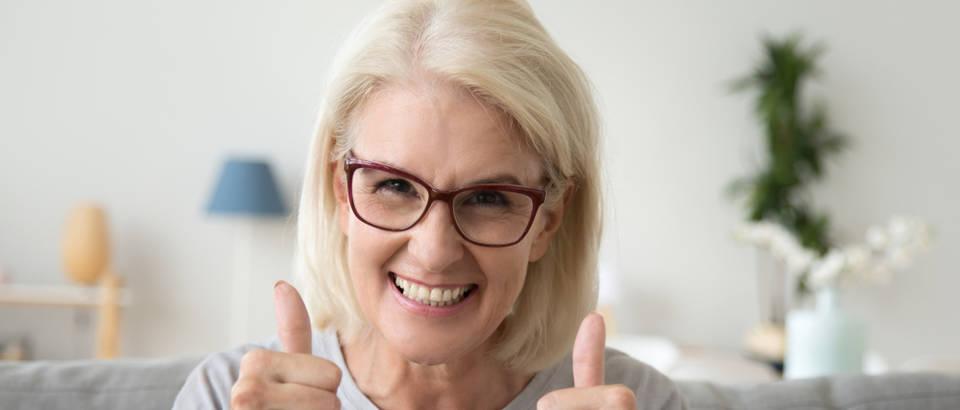 sretna zena, starija zena