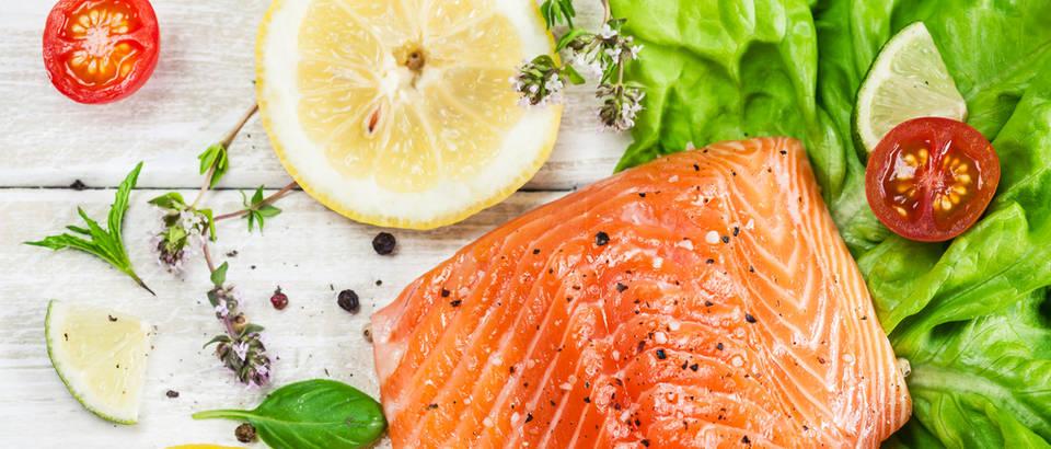 Tuna riba povrće limun salata shutterstock 301075661