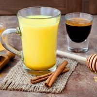 Zlatno mlijeko kurkuma shutterstock