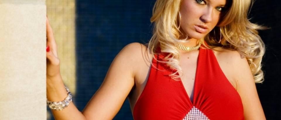 crvena haljina, lijepa zena, plavusa