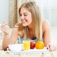 Zdravi doručak doručak u krevetu djevojka žena shutterstock 184722338