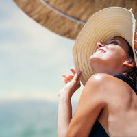 Sunce ljeto plaža žena djevojka shutterstock 269949323
