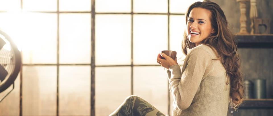 Sreća kava čaj  žena opuštanje shutterstock 278626688