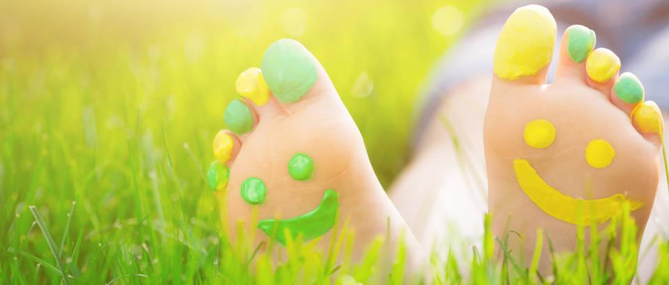 Stopala noge ljeto njega trava izlet radost sreca raspolozenje smijeh shutterstock 261496892