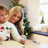 Majka dijete pisanje čestitka blagdani božić shutterstock 199351592