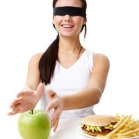 zena-dijeta-hrana-jabuka-junk-food-debljina-kalorije-kilogrami