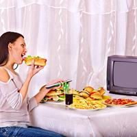 Jesti gledati televizor hrana đshutterstock 200249939