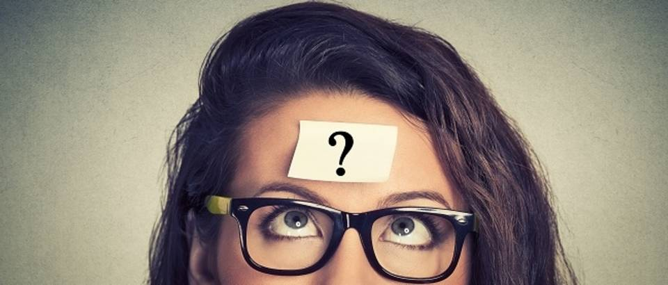 žena naočale razmišljanje pitanje
