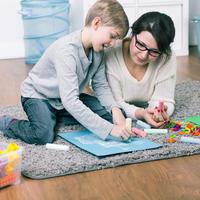 Dijete majka igra shutterstock 400452340