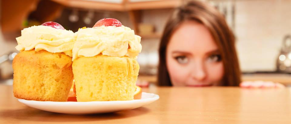 Slatko žudnja za slatkim žena kuhinja muffini shutterstock 281177270