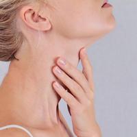 štitnjača vrat grlo dušnik žena ruka koža brada podbradak njega shutterstock 351120983
