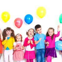 Sretna djeca baloni areno