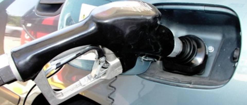 benzinska crpka, tocenje benzina, auto, benzin