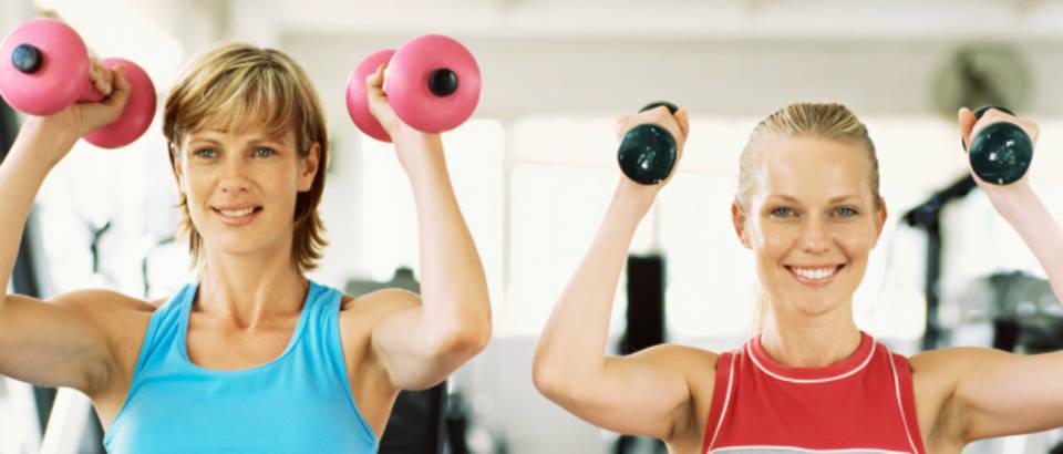 zena-vjezbanje-trening-fitness-prijateljice3, bucice, utezi, teretana