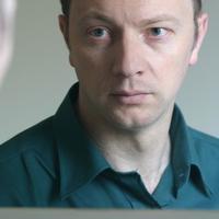 muskarac-zabrinut-ogledalo