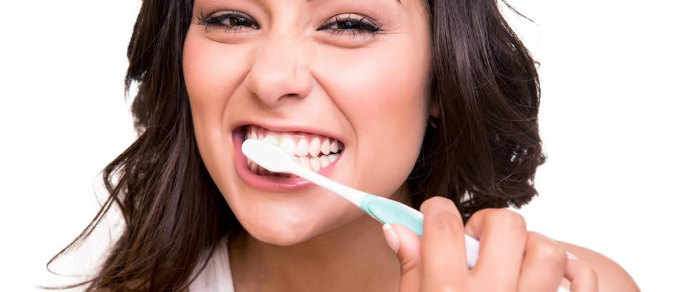 žena pranje zubi higijena shutterstock 169885871