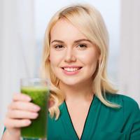 Zena s zelenim napitkom 2
