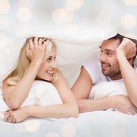 Dvoje par ljubav krevet seks spavanje pokrivac poplun posteljina jastuk shutterstock 296920808
