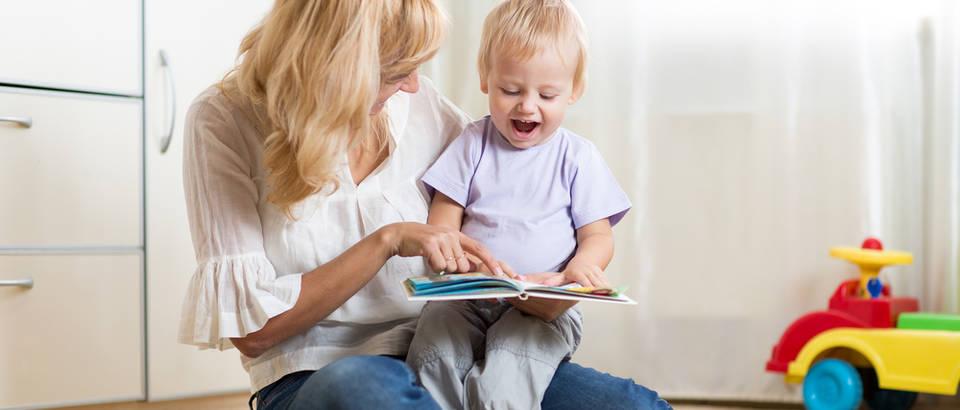 Dijete učenje razgovor knjiga čitanje majka shutterstock 332376326