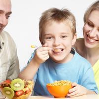 dijete-obitelj-jede-hrana-zdravo-sreća